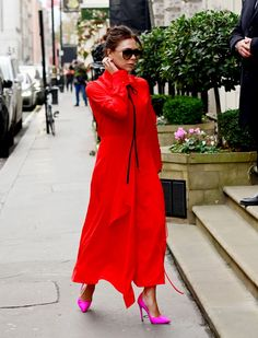 Victoria Beckham Outfits, Victoria Beckham Stil, Victoria Beckham Fashion, Victoria Fashion, Satin Pumps, Spice Girls, West Hollywood, Blazer En Cuir, Yellow Trainers