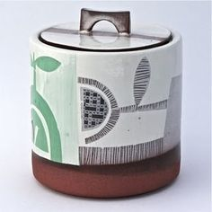 I came across Irish potter, Karen McPhail a couple days ago on Bloesem . What a sweet surprise! I love the graphic nature of the stenc. Ceramic Boxes, Ceramic Jars, Ceramic Tableware, Ceramic Clay, Ceramic Pottery, Clay Mugs, Ceramics Monthly, Pottery Marks, Tapas