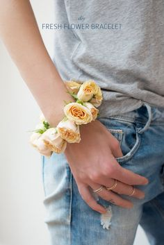Simple fresh flower bracelets - perfect for summer. www.apairandasparediy.com