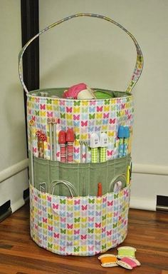 Sew Sweet: The Ultimate Knitters Tote - No pattern, but pinning for future reference anyway. Maybe just a sewing tote! Fabric Crafts, Sewing Crafts, Sewing Projects, Crochet Crafts, Craft Projects, Sewing Hacks, Sewing Tutorials, Bag Tutorials, Knitting Patterns