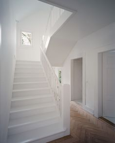 Fotografie: Karin Gauch und Fabien Schwartz Painted Staircases, Painted Stairs, Interior Stair Railing, Staircase Design, Entry Stairs, House Stairs, Style At Home, White Staircase, Staircase Remodel