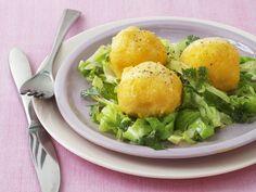 Polenta-Knödel auf Spitzkohl | EAT SMARTER