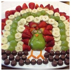 Turkey Fruit Platter - Host your Thanksgiving Dinner with some healthy fruit! Fruit doesn't need to look boring, when you can make it look like a Turkey! Thanksgiving Fruit, Thanksgiving Parties, Thanksgiving Recipes, Holiday Recipes, Thanksgiving Appetizers, Holiday Foods, Turkey Fruit Platter, Fruit Turkey, Fruits For Kids