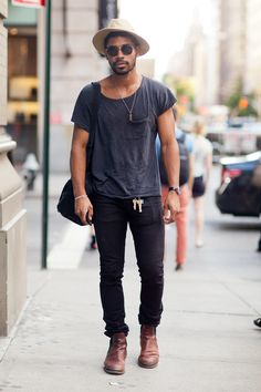 グレーTシャツ,ブラックジーンズ,ハット,ブラウンブーツ,メンズ着こなしコーデ夏ファッション