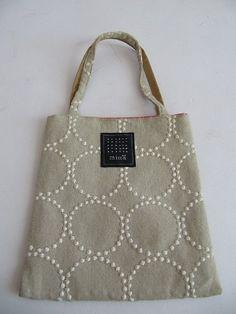 刺し子トートバッグ自作 Patchworked fabric bag with Sashiko stitching. Designer Messenger Bags, Ethnic Bag, Sashiko Embroidery, Hand Applique, Diy Purse, Jute Bags, Craft Bags, Linen Bag, Fabric Bags
