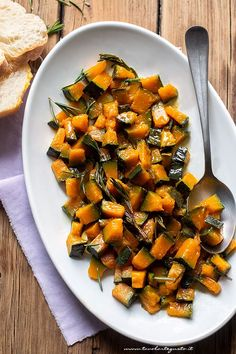 zucca in padella - Ricetta zucca in padella Wine Recipes, Paleo Recipes, A Food, Food And Drink, Light In, Vegetable Side Dishes, Food Design, Soul Food, Food Dishes