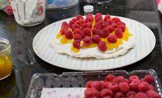 Torta de Merengue Frambuesa   En Mi Cocina Hoy Raspberry Meringue, Meringue Cake, Chilean Desserts, Chilean Recipes, Chilean Food, Recipes With Whipping Cream, Cream Recipes, Raspberry Preserves, Healthy Recipes