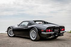 In the late 60 Porsche dominated the sports car market with a legend Today, the coupe with boxer engine at the rear was still a young car, but had already won thousands of Enthusiast Lux Cars, Retro Cars, Vintage Cars, Ferrari F40, Porsche, Classic Sports Cars, Classic Cars, Expensive Cars, Boxer