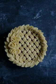 Fancy pastry pie crust with roses,braid and leaves Pie Decoration, Decoration Patisserie, Pastel Art, No Bake Desserts, Delicious Desserts, Dessert Recipes, Beautiful Pie Crusts, Pie Crust Designs, Pies Art