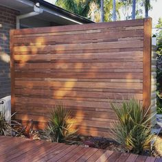 59 ideas yard privacy screen balconies for 2019 Garden Privacy Screen, Privacy Fence Designs, Timber Screens, Privacy Screen Outdoor, Privacy Wall On Deck, Deck Railing Ideas For Privacy, Hot Tub Privacy, Pergola Screens, Privacy Panels