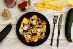 Et voici une délicieuse salade à base de légumes gorgés de soleil qui apporteront beaucoup de couleurs dans vos assiettes. J'ai fais un mix entre les courgettes jaunes et vertes du jardin que j'ai rôties au four. On y ajoute de la mozzarella, du basilic... Paella, Entrees, Main Dishes, Healthy Recipes, Healthy Food, Meat, Mozzarella, Chicken, Tableware