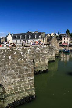 Le port et le vieux pont en pierre de Saint-Goustan. The medieval bridge of Saint-Goustan Harbour. Auray, Brittany.