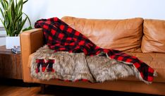 DIY faux fur & buffalo plaid blanket how-to 2019 This step-by-step tutorial will show you how to make a DIY faux fur and buffalo plaid fleece throw blanket. The post DIY faux fur & buffalo plaid blanket how-to 2019 appeared first on Blanket Diy. Diy Throw Blankets, Fleece Blanket Diy, Homemade Blankets, Diy Throws, Faux Fur Blanket, Fleece Throw, Crochet Blankets, Diy Christmas Blankets, Plaid Christmas