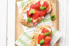Lunchtip voor het weekend: toast met mascarpone, aardbeien en basilicum