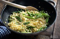 Dieses Rezept zählt zu meinen absoluten Lieblingen: Pasta mit Spargel, Zitrone, Feta und Knoblauch - etwas Petersilie dazu: Der Frühling ist auf dem Tisch!