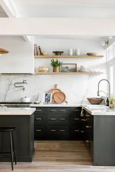 Grand Kitchen, New Kitchen, Kitchen Dining, Kitchen Decor, Kitchen Cabinets, Minimal Kitchen, Dark Cabinets, Country Kitchen, Kitchen Ideas