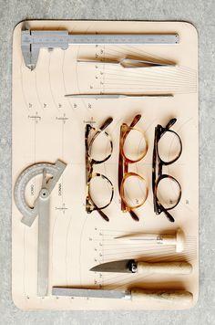 Il processo di produzione degli Occhiali Oliver Peoples racconta la cura per i dettagli e i materiali.