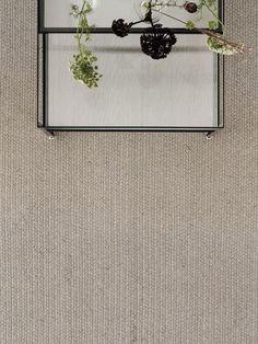 Dywan Mendoza Light Grey to dywan z najnowszej kolekcji Essentials 2014 cenionej duńskiej marki Linie Design. Dywan pleciony jest ręcznie z najwyższej jakości włókien juty. Dywan pleciony jest w warkocze biegnące wzgłuż dywanu czy chodnika, a ich szerokosć wynosi ok. 1-1,5 cm. Dywan jest elegancki, prosty i idealny dla osób ceniących naturę i prostotę we wnętrzu. Będzie doskonałą ozbobą wnętrza salonu, ogrodu zimowego czy też przedpokoju.Włókna juty są bardzo odporne na brud i kurz. Do…
