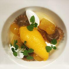 Gemarineerde mango met ravioli van kaneel en anijs met Cocos marshmallow en mango sorbet ijs