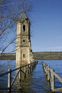La torre de la Iglesia de Villanueva de las Rozas, inundada por el pantano del Ebro. Cantabria- España - Spain