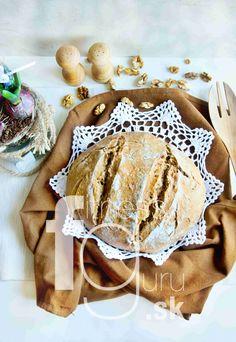 Pravý kváskový chlieb so sušenými paradajkami a vlašskými orechmi