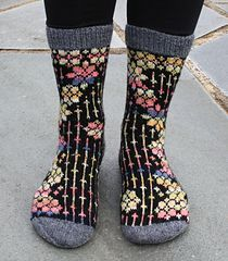 These are top down socks using fingering weight sock yarn with cast on 74 or 78 sts. The socks have a heel flap and gusset decrease. Dependent on your gauge and choice of yarn, this should give you socks in female size (US size - Christmas Knitting Patterns, Knit Patterns, Knit Sock Pattern, Stitch Patterns, Crochet Socks, Knit Crochet, Knitted Slippers, Crochet Granny, Chrochet
