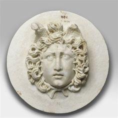 Relief : tête de méduse. 2e et 3e siècle. ap. J.-C. et compléments du 17e siècle. Paris, musée du Louvre