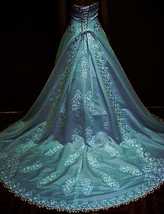 I want this! I want to get married again just so I can wear this!
