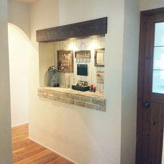 女性で、Otherの雑貨/モールガラス/レンガ/ニッチ/足場板/漆喰壁…などについてのインテリア実例を紹介。「玄関入ってすぐの大きなニッチ。板壁とレンガと足場板で作ってもらいました。ニッチの手前のドアがキッチンへ。左の廊下はリビングへつながってます。」(この写真は 2015-08-03 09:32:15 に共有されました)