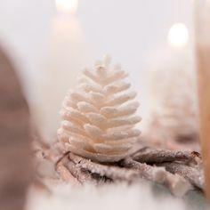 Ajoutez un peu de nature à votre décoration de Noël avec ces pommes de pin pailletées blanches ! Créez un décor féérique en les associant avec des pommes de pin de couleur argent !