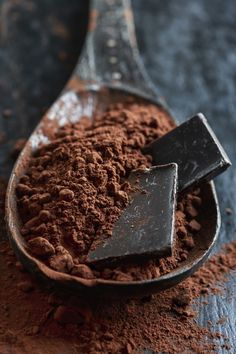 Chocolate squares in cocoa powder. Chocolate Photos, Café Chocolate, Dark Chocolate Nutrition, Chocolate Dreams, Delicious Chocolate, Chocolate Recipes, Chocolate Squares, Healthy Chocolate, Chocolate Lovers