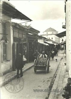 1919 ~ Pandrossou street, Athens (by Fred Boissonas) Vintage Pictures, Old Pictures, Old Photos, Greece Photography, History Of Photography, Greece History, Greece Pictures, Bauhaus, Athens Greece