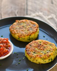 leek, potato and chive cakes with shallot and tomato sauce – The Circus Gardener's Kitchen vegetarian comfort food: leek, chive and potato fritters Vegetarian Comfort Food, Vegetarian Recipes Dinner, Vegetarian Recipes Thermomix, Healthy Comfort Food, Vegan Meals, Vegetable Dishes, Vegetable Recipes, Gourmet, Snacks