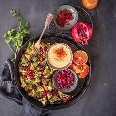 safran ist eines der wertvollsten gewürze. heute verfeinert es unseren gerösteten blumenkohl, der mit einer safran aioli, frischem koriander und granatapfel serviert wird.
