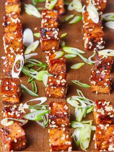 Vegán sült tofu recept   Street Kitchen Tofu, Gazpacho, Green Kitchen, Chicken Wings, Ketchup, Vegetarian Recipes, Vegan, Vegans, Vegetable Dip Recipes