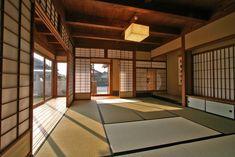 Shōji. Utilizado en la arquitectura japonesa como divisor de ambientes. Japanese Mansion, Japanese Modern House, Traditional Japanese House, Spa Interior Design, Japanese Interior Design, Japanese Design, Japan Apartment, Tatami Room, Japanese Architecture