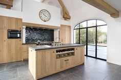 Open keuken in eik Kitchen Dinning Room, Kitchen Decor, Cozy Kitchen, Living Room Flooring, Cuisines Design, Country Kitchen, Kitchen Interior, Home And Living, Home Kitchens