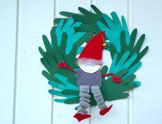 Iloinen tonttu keinuu vihreässä kranssissa toivottamassa hyvää joulua! Koriste syntyy yksin tai yhdessä vaikka kummioppilasparin kanssa. Mikään ei tietenkään estä tekemästä pelkkää tonttua tai pelkkää kranssia toisenlaisilla koristeilla.
