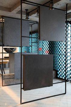 panneau de séparation en métal, avec des formes géométriques carrés gris, séparation chambre salon, ambiance bohème