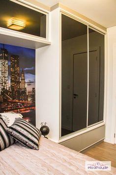 As portas de correr em vidro preto dão um toque refinado ao mobiliário além de otimizar o espaço. Projeto by Basi Arquitetura.