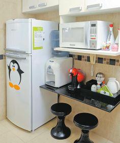 Geladeira com adesivo de pinguim