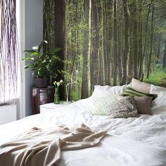 El papel del bosque que tengo detrás de la cama me recuerda que, igual que la naturaleza, tenemos la capacidad de crecer y transformarnos. Incluso mis cortinas son naturales. Están hechas con mimbre decorativo de IKEA. Les puse ganchos y las colgué de un riel de cortina. En verano filtran una luz muy bonita sobre la cama.