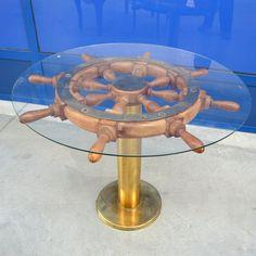 Pittoresco tavolino navale con basamento in ottone e timone in legno esotico tornito