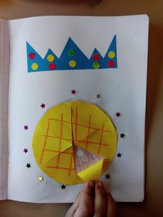 Une galette que l'on a même pas besoin de manger pour avoir la fève ;-) Classroom Crafts, Preschool Crafts, Diy For Kids, Crafts For Kids, Diy Paper, Paper Crafts, French Crafts, Art Lessons For Kids, Epiphany