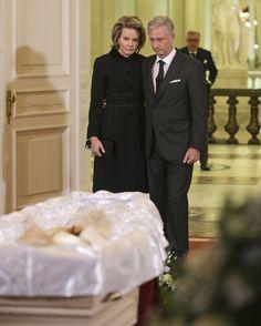 La dépouille mortelle de la Reine Fabiola a été transportée du Château de Laeken au Palais Royal de Bruxelles.  Les funérailles de la Reine se tiendront vendredi 12 décembre à 10Hà à la cathédrale Saints-Michel et Gudule à Bruxelles. 9 Décembre 2014
