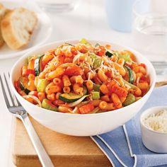 Macaroni aux légumes - Soupers de semaine - Recettes 5-15 - Recettes express 5/15 - Pratico Pratique Macaroni, Ratatouille, Pasta Salad, Great Recipes, Zucchini, Lunch, Vegan, Dinner, Cooking