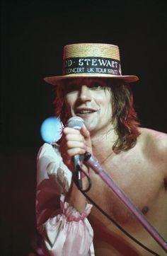 British singer Rod Stewart performs on stage in 1976 Rod Stewart, Cummins, Music Tv, Live Music, Best Fan, Singers, Stage, Bands, British