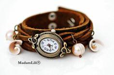 Ausgefallene Armbanduhr aus weichem Echtleder mit echten Süßwasserperlen und Muscheln.