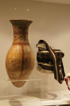 Comunicación y Sociedad Colombian Art, Vase, Culture, Home Decor, Museums, Decoration Home, Room Decor, Jars, Vases