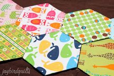 Jaybird Quilts: hand sewing hexagons - part 1 quilting basics tutorial series Quilting For Beginners, Quilting Tutorials, Quilting Projects, Quilting Designs, Quilting Tips, Hexagon Quilt Pattern, Quilt Patterns, Sewing Patterns, Hexagon Quilting
